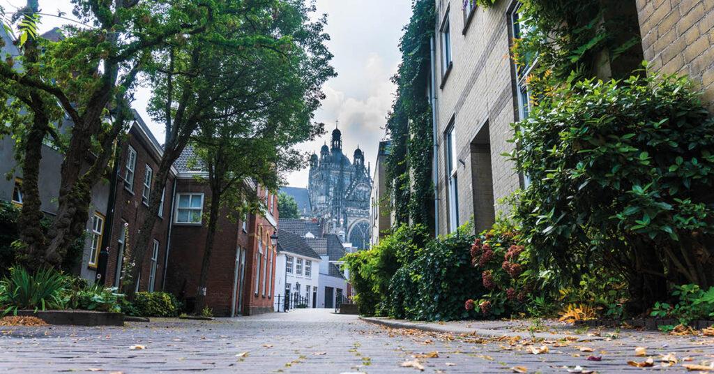 Foto van de binnenstad van Den Bosch met veel stenen.